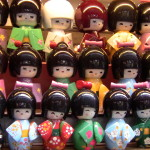 Poupées japonaises dans les petites rues traditionnelles de Shanghaï