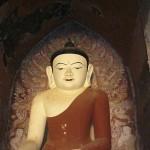 Un ancien bouddha perdu dans les temples de Bagan