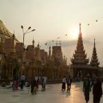 Le fameux temple de Yangoon au coucher du soleil