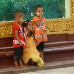 Des gamins au temple