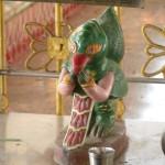 Une idole au pied de Bouddha