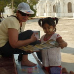 Une petite fille et maman au temple