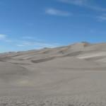 Un désert de sable dans les montagnes, fascinant.