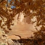 La route passe par des canyons multicolores magnifiques